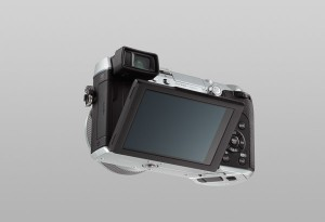 Panasonic Lumix DMC-GX7 - schwarz-silber, von hinten mit Display (Bild: Panasonic)