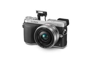 Panasonic Lumix DMC-GX7 - schwarz-silber, von vorn mit Objektiv (Bild: Panasonic)