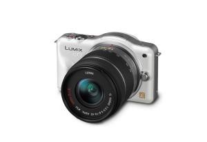 Panasonic Lumix DMC-GF3 - perlmutt-weiss, von vorn, seitlich von oben (Bild: Panasonic)