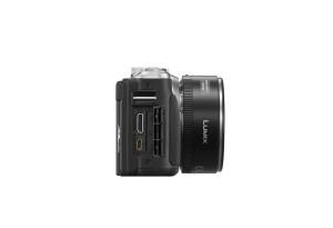 Panasonic Lumix DMC-GF6 - schwarz, seitliche Aufnahme mit Anschlussbuchsen und Pancake 14-42mm (Bild: Panasonic)