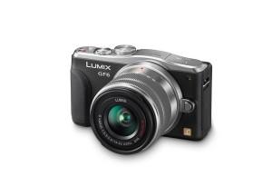 Panasonic Lumix DMC-GF6 - schwarz, von vorn, seitlich von oben mit LUMIX G Vario 14-42mm II (Bild: Panasonic)