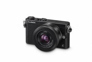 Panasonic Lumix DMC-GM1 - schwarz, seitliche Aufnahme von oben mit Objektiv G Vario 12-32mm (Bild: Panasonic)