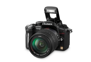 Panasonic Lumix DMC-GH2 - interner Blitz hochgeklappt (Bild: Panasonic)