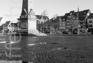 Erfurter Domplatz - Obelisk 01