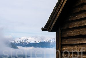 Holzhütte oberhalb Kinsarvik