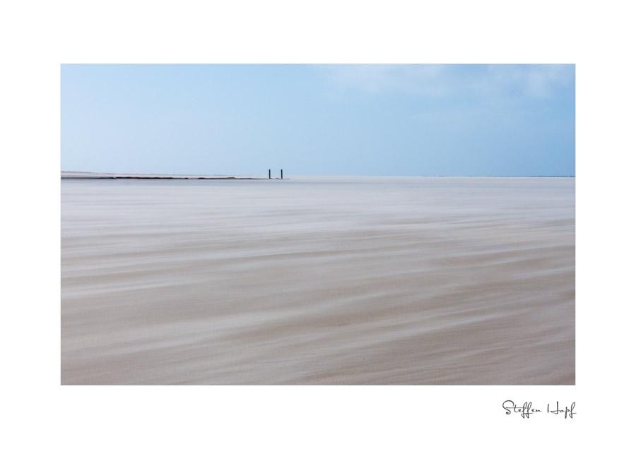 Der Wind peitscht den Sand um den Strand von Amrum an der Nordsee