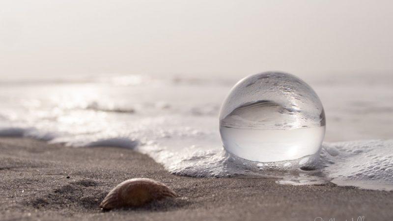 Glaskugel am Strand