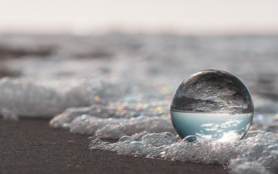 Glaskugel Makro am Strand