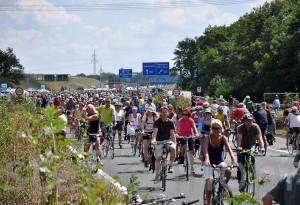 Ruhrmetropole Still-Leben A40, freies Spazierengehen auf der Autobahn von Sascha Braun.