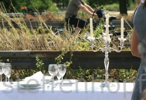 Ruhrmetropole Still-Leben A40, ein gedeckter Tisch auf der Autobahn von Katharina Kunze.