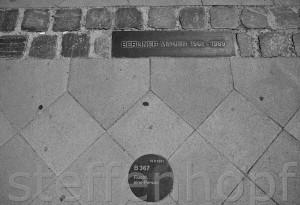 Gedenkstaette Berliner Mauer, Bernauer Strasse, Fluchtpunkt mit Markierungsplakette von Steffen Hopf