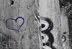Gedenkstaette Berliner Mauer, Bernauer Strasse, Mauerreste mit Herz von Steffen Hopf