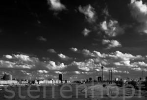 Düsseldorf - Wolkenbilder ueber der Stadt in schwarzweiss von Steffen Hopf