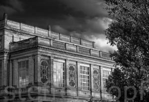 Düsseldorf - Wolken ueber der Kunstakademie 01 in schwarzweiss von Steffen Hopf