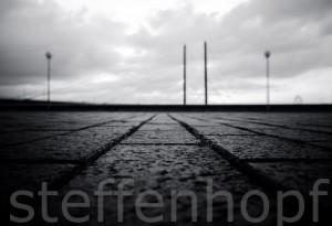 Düsseldorf - Strassenpflaster mit Rheinkniebruecke in schwarzweiss von Steffen Hopf