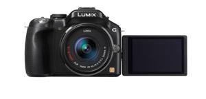 Panasonic Lumix G5 - von vorn mit aufgeklapptem Display (Bild: Panasonic)