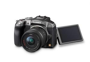 Panasonic Lumix G6 - seitliche Aufnahme von oben mit ausgeklapptem Display (Bild: Panasonic)
