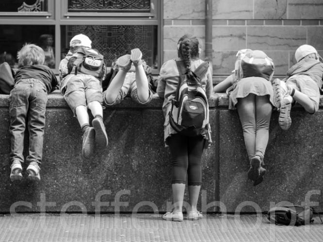 Kids - Kinder auf einer Mauer © Steffen Hopf