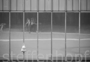 Einkaufsbeutel an einer Glasfassade © Steffen Hopf