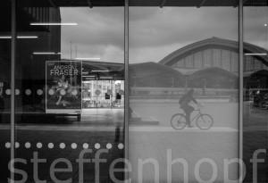 Spiegelung in den Glasfenstern des Museum Ludwig 01 © Steffen Hopf