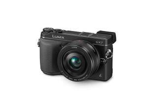 Panasonic Lumix DMC-GX7 - schwarz, von vorn, seitlich von oben (Bild: Panasonic)
