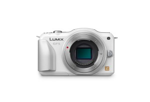 Panasonic Lumix DMC-GF5 - perlmutt-weiss, von vorn ohne Objektiv (Bild: Panasonic)