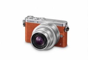 Panasonic Lumix DMC-GM1 - orange, seitliche Aufnahme von oben mit Objektiv G Vario 12-32mm (Bild: Panasonic)