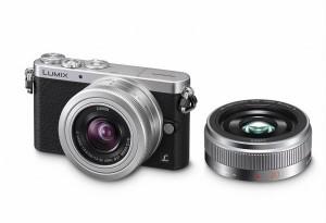Panasonic Lumix DMC-GM1 - schwarz-silber, seitliche Aufnahme von oben mit Objektiv G Vario 12-32mm und G 20mm (Bild: Panasonic)