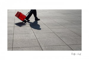 Schattenbild - Mann mit roter Kiste (©steffenhopf)